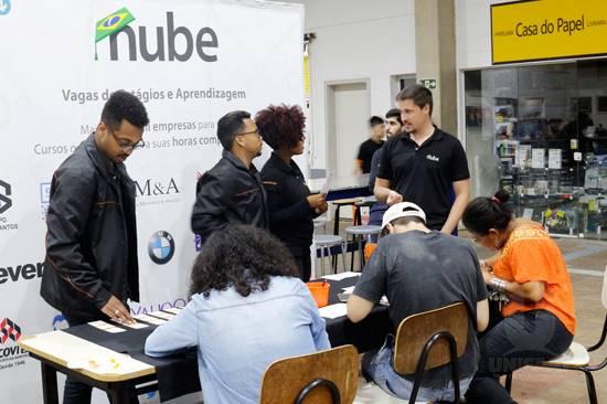 Estudantes se cadastram para oportunidades de estágio e aprendizagem