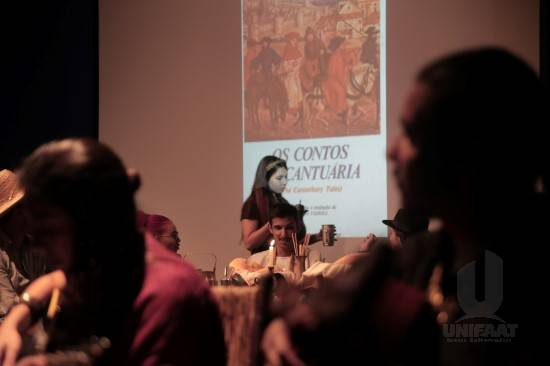 Alunos de Letras encenam peça teatral inspirada na obra The Canterbury Tales
