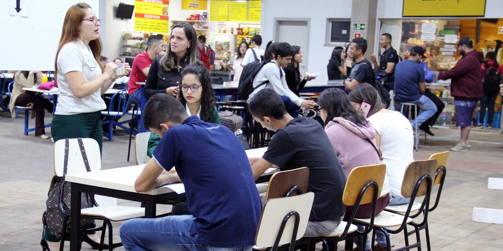 Acadêmicos da UNIFAAT participam de ação para vagas de emprego
