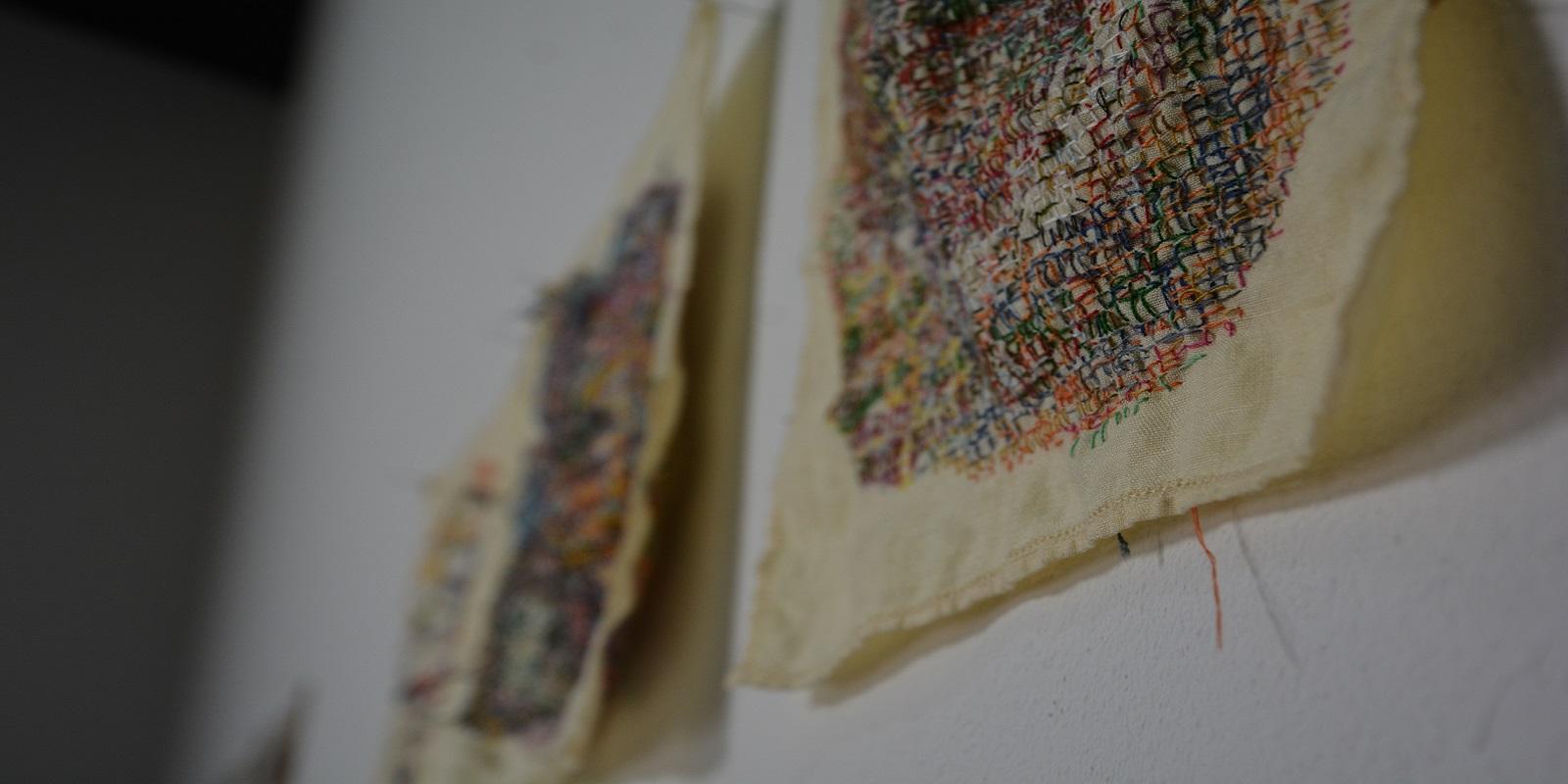 Aquarela, bordados e objetos em exposição na Índigo Arte