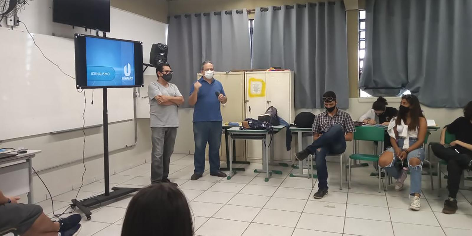 Curso de Jornalismo visita Escola Estadual Maria José Moraes Salles e fala sobre tecnologia